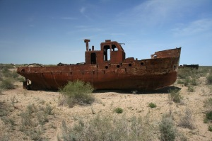 Aral Sea, stranded boat (Photo: Fotopedia, free use)