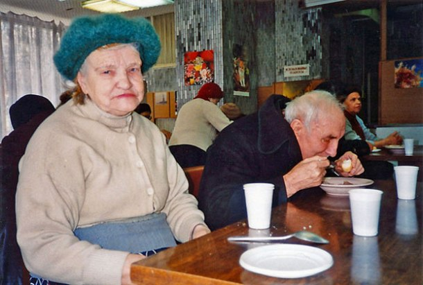 Russians Alexandria Kunitsina and her husband Michael share lunch together at a Moscow soup kitchen in 1994 <br>Photo credit: Helen Holter</br>